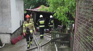 Strażacy wypompowują wodę z garażu