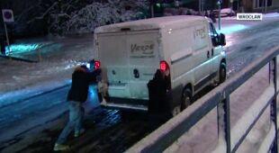 Wieczorne i nocne opady śniegu w całym kraju (TVN24)